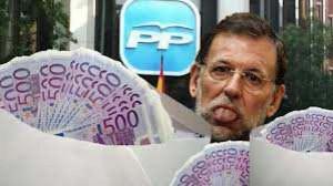 Rajoy sacando la lengua entre sobres